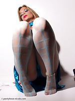 Nicole Enjoy her beautiful feet & hot legs in Pantyhose!